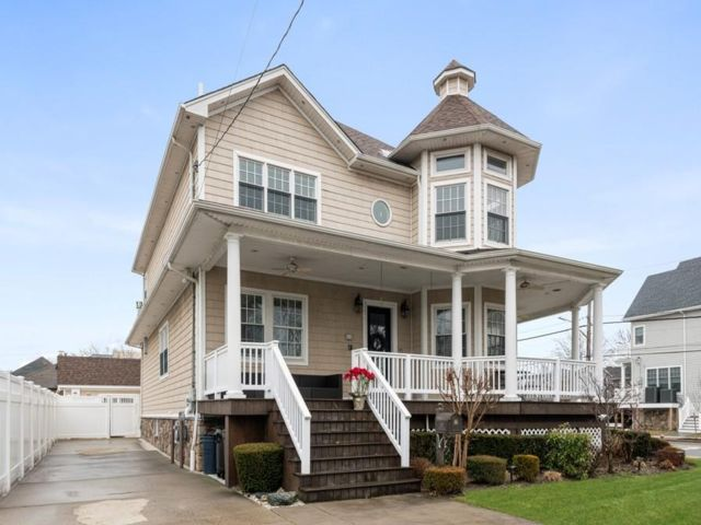 4 BR,  4.00 BTH Traditional style home in Neponsit