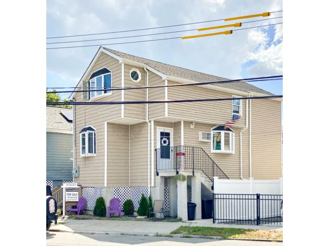 2 BR,  2.00 BTH  2 story style home in Broad Channel