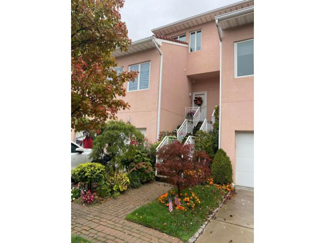 2 BR,  2.50 BTH  Townhouse style home in Great Kills