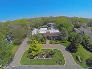 6 BR,  5.50 BTH Traditional style home in East Islip