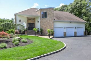 4 BR,  2.50 BTH  Contemporary style home in Patchogue