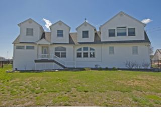 6 BR,  5.00 BTH Single family style home in West Islip