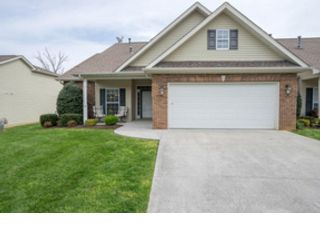 4 BR,  2.50 BTH Contemporary style home in East Islip