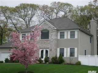 4 BR,  4.00 BTH  Single family style home in Hauppauge