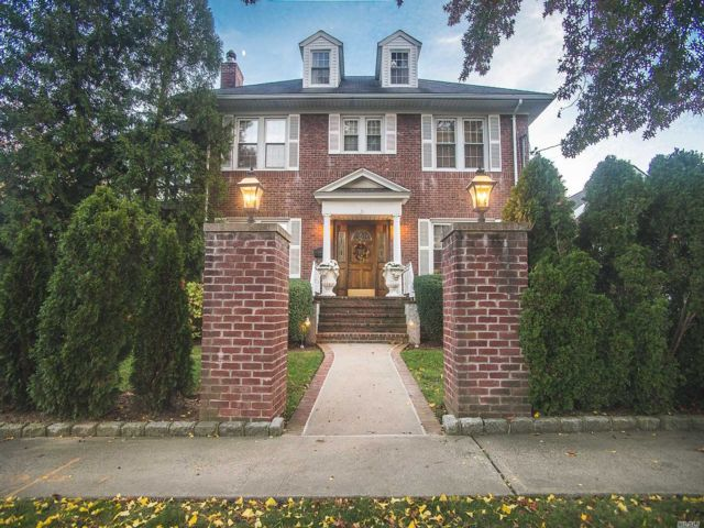 4 BR,  2.50 BTH Colonial style home in Bayside