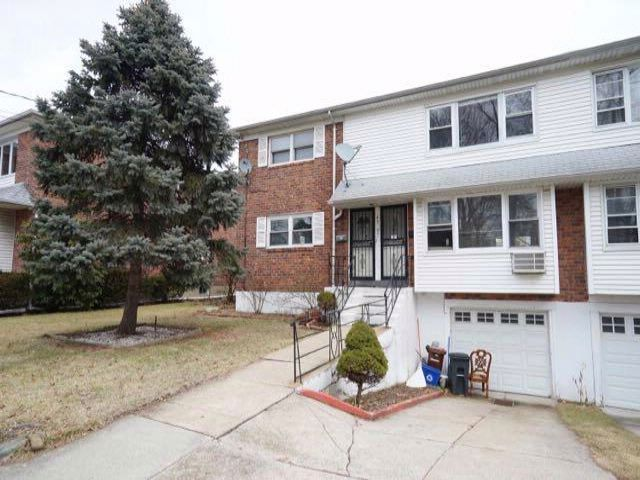 4 BR,  2.50 BTH  2 story style home in Flushing