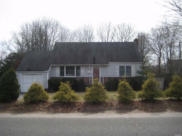 4 BR,  3.00 BTH Exp cape style home in Huntington Station