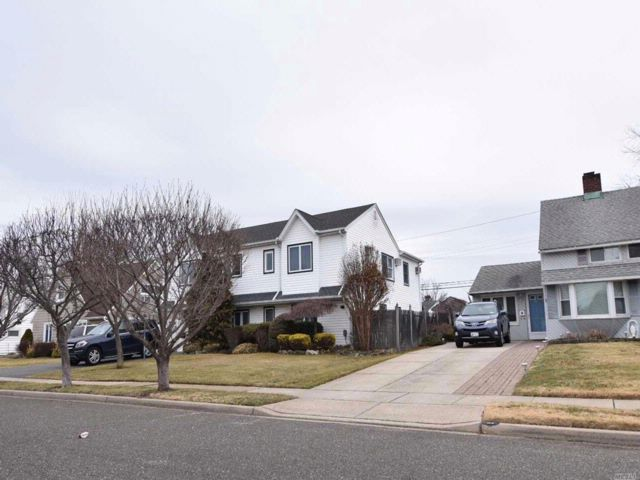 4 BR,  2.00 BTH  Colonial style home in Wantagh