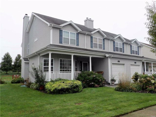 3 BR,  3.50 BTH Homeowner assoc style home in Melville