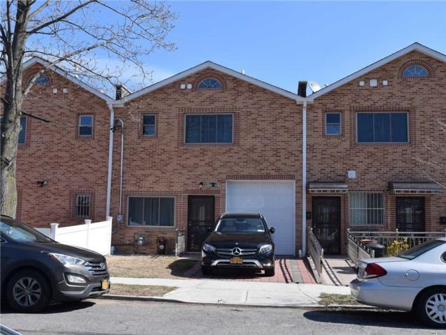 3 BR,  3.50 BTH  Townhouse style home in Fresh Meadows