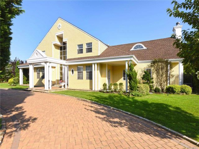 6 BR,  4.55 BTH  Colonial style home in Hewlett Bay Park