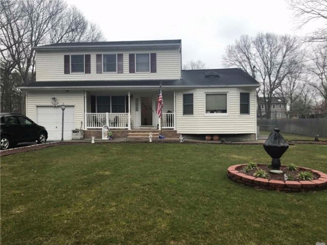 5 BR,  4.00 BTH  Colonial style home in Mastic