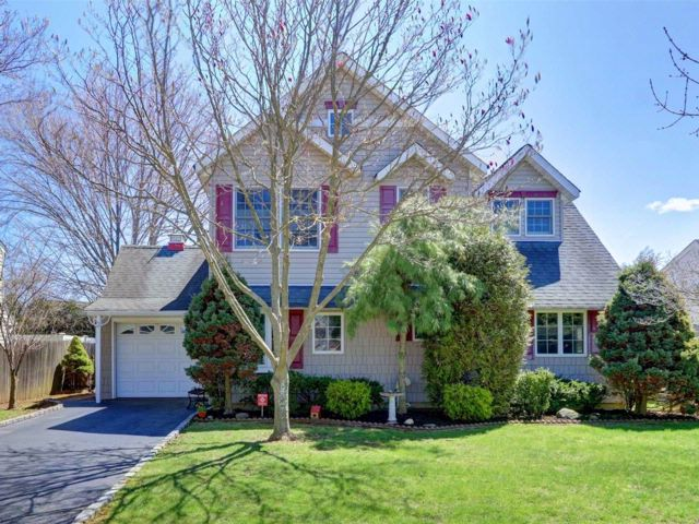 4 BR,  2.00 BTH  Colonial style home in Levittown