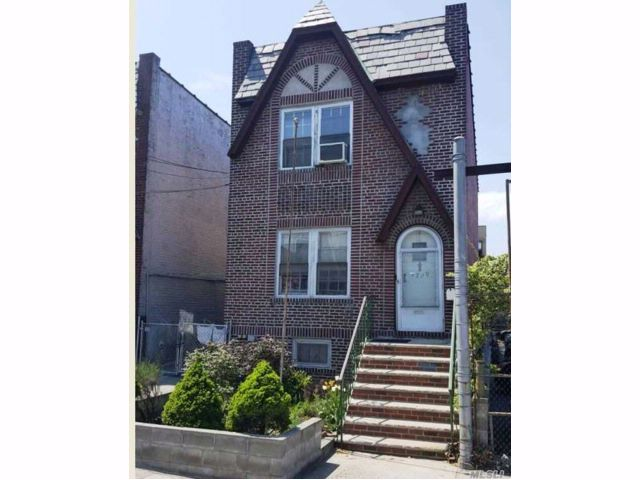 4 BR,  3.00 BTH Colonial style home in Woodside