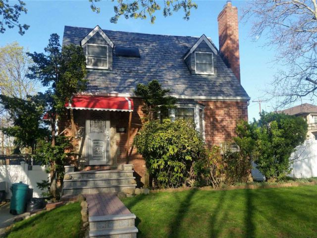 5 BR,  4.00 BTH Cape style home in Fresh Meadows