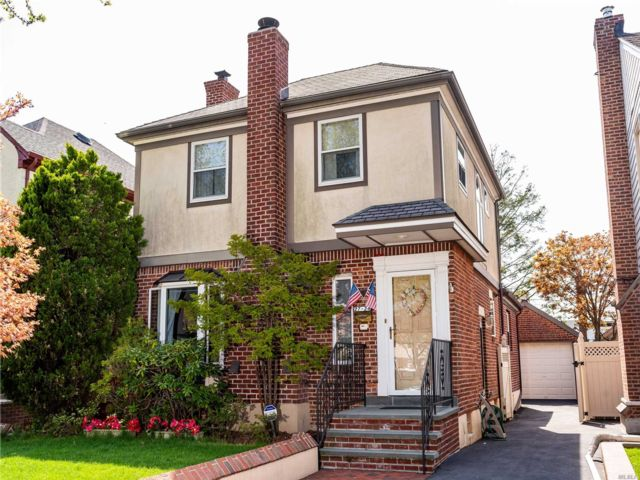 3 BR,  2.50 BTH Colonial style home in Flushing