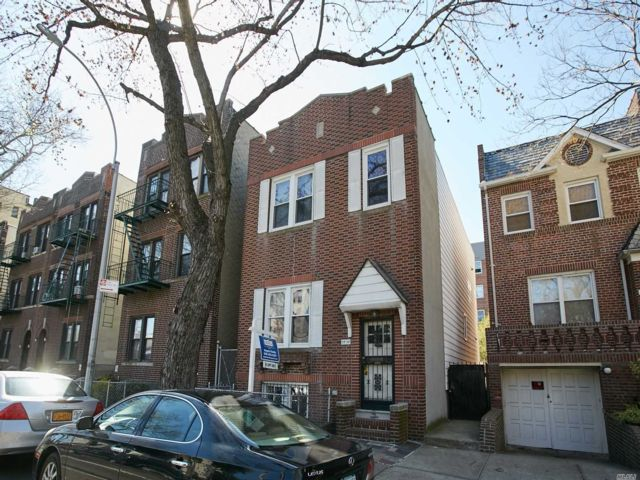 4 BR,  2.00 BTH  Townhouse style home in Astoria
