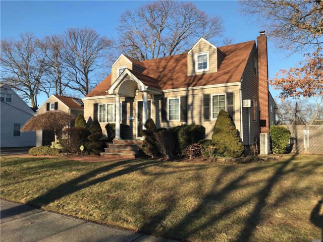 5 BR,  2.00 BTH  Cape style home in Lindenhurst