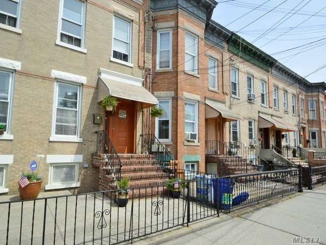 6 BR,  2.00 BTH  Duplex style home in Woodhaven
