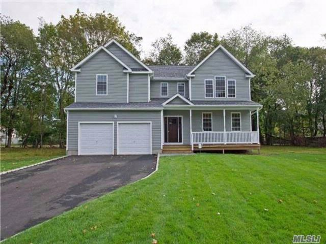 4 BR,  2.50 BTH Colonial style home in Centereach