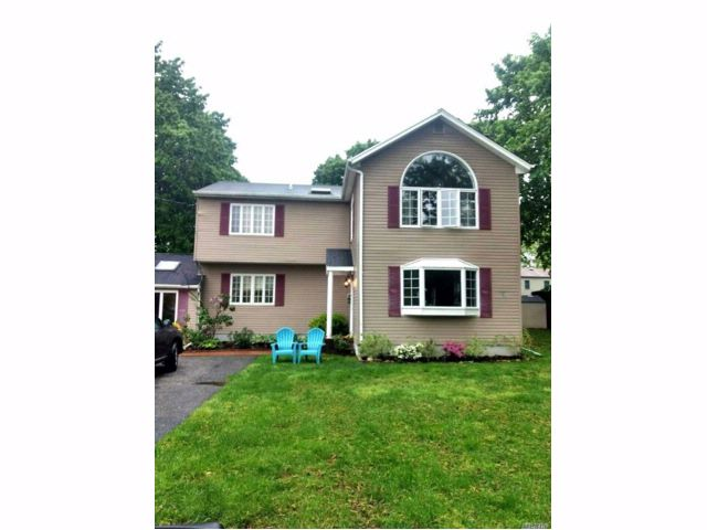5 BR,  3.00 BTH Colonial style home in Northport