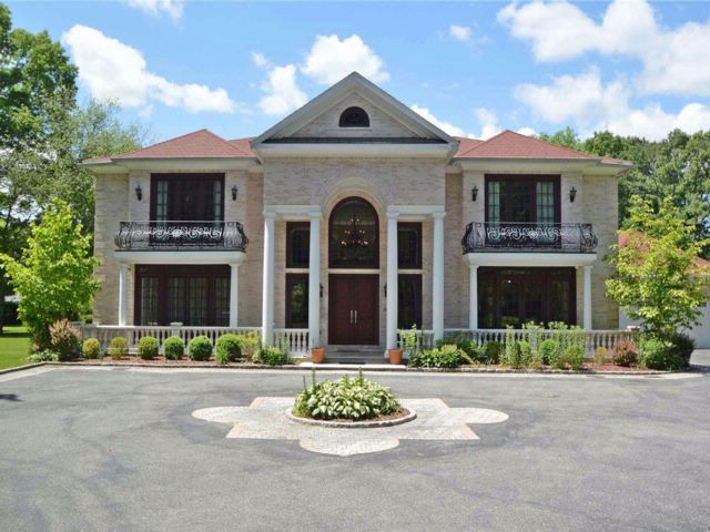 7 BR,  7.50 BTH Colonial style home in Muttontown