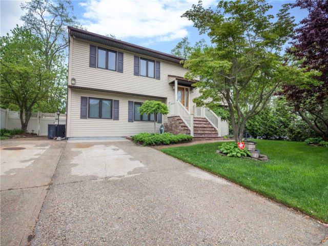 5 BR,  3.50 BTH Hi ranch style home in Ronkonkoma