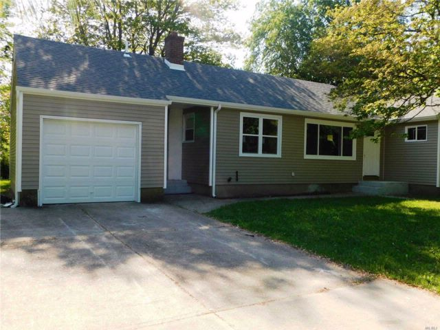 3 BR,  3.00 BTH  Ranch style home in Wheatley Heights