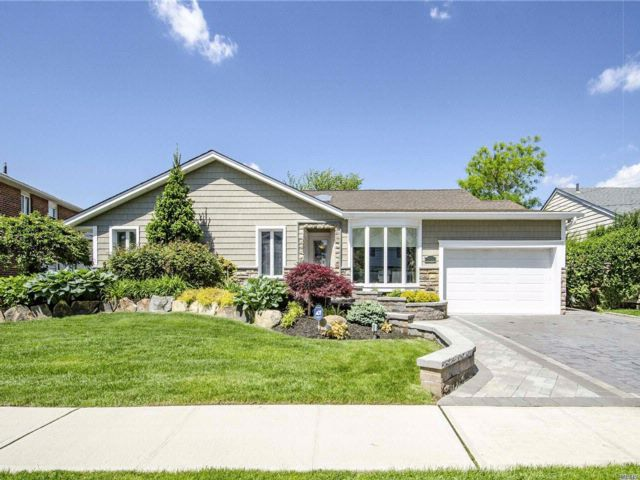5 BR,  2.50 BTH Exp ranch style home in Merrick