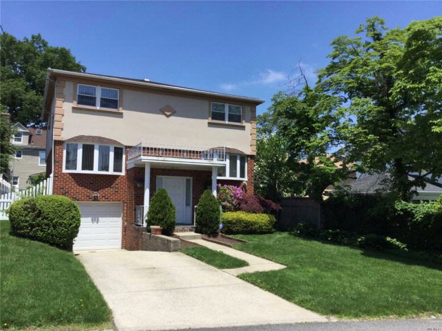 4 BR,  3.50 BTH Colonial style home in Bayside