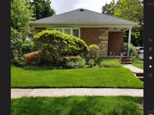3 BR,  2.00 BTH Ranch style home in Flushing