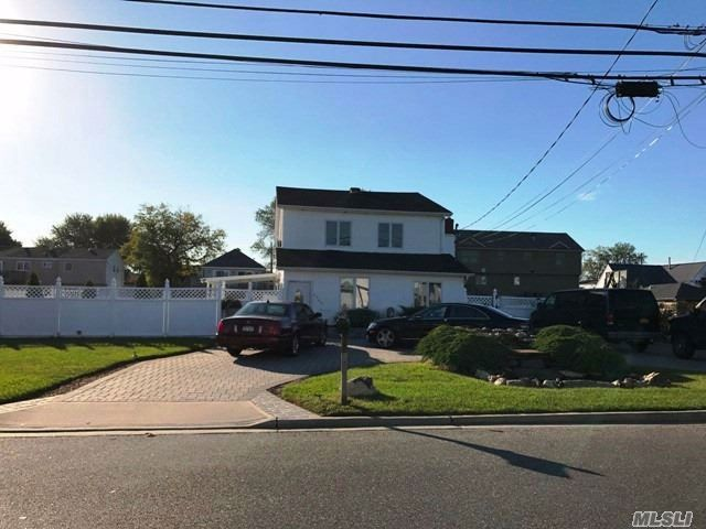 4 BR,  2.50 BTH 2 story style home in Seaford