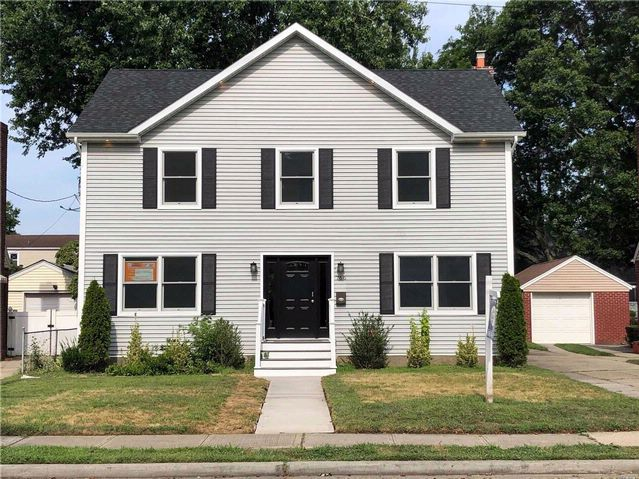 5 BR,  3.00 BTH  Colonial style home in West Hempstead
