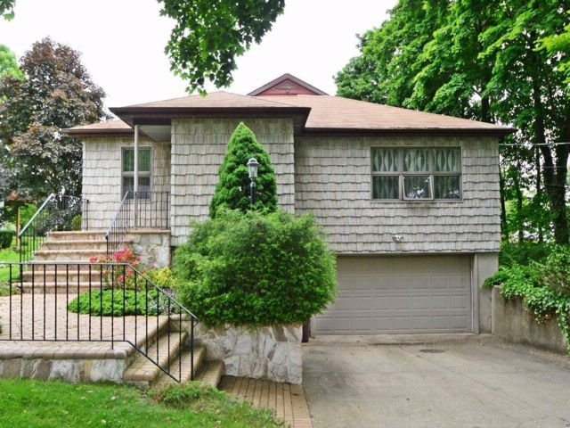 3 BR,  2.00 BTH Raised ranch style home in Melville