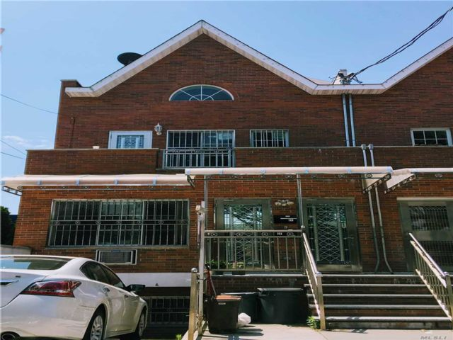 5 BR,  4.00 BTH Colonial style home in Fresh Meadows
