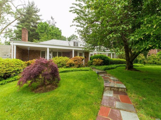 5 BR,  3.50 BTH Exp ranch style home in Great Neck