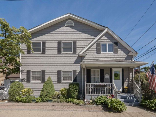 5 BR,  2.50 BTH Colonial style home in East Meadow