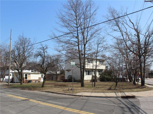 4 BR,  3.00 BTH 2 story style home in West Babylon