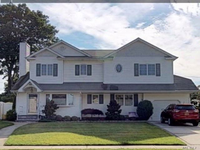 4 BR,  3.00 BTH  Colonial style home in Hicksville
