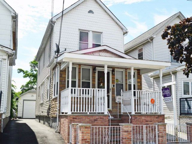 3 BR,  2.50 BTH Colonial style home in Laurelton