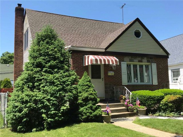 3 BR,  2.50 BTH Exp cape style home in Bellerose