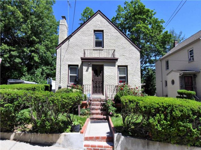 3 BR,  2.00 BTH  Cape style home in Manhasset