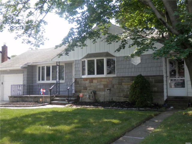 3 BR,  2.00 BTH  Exp ranch style home in Massapequa