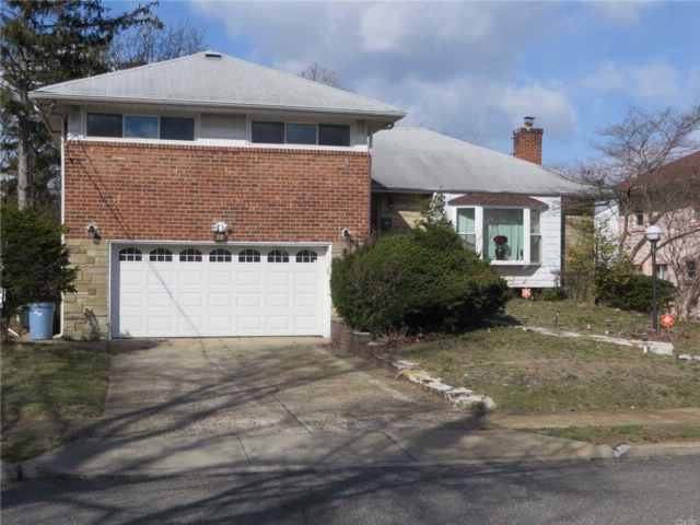 3 BR,  3.00 BTH  Split style home in Roosevelt