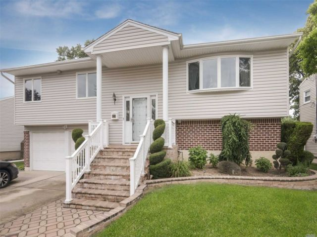 4 BR,  3.00 BTH  Hi ranch style home in North Bellmore