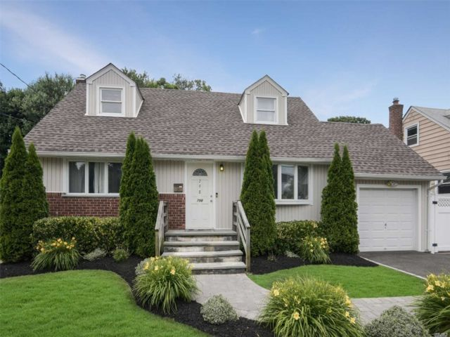 4 BR,  3.00 BTH  Exp cape style home in North Bellmore