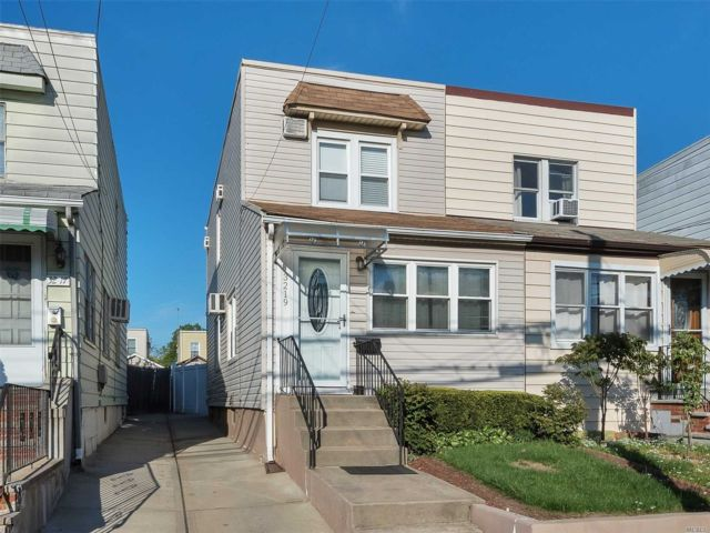 3 BR,  1.50 BTH  Colonial style home in Bayside