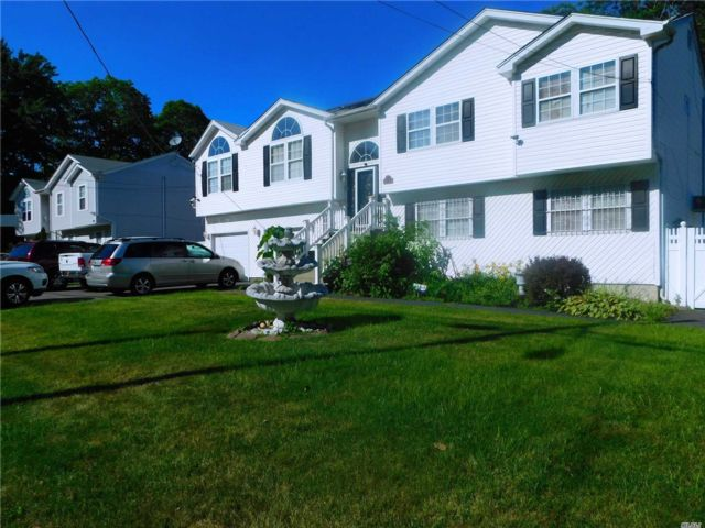6 BR,  4.00 BTH Hi ranch style home in Wyandanch
