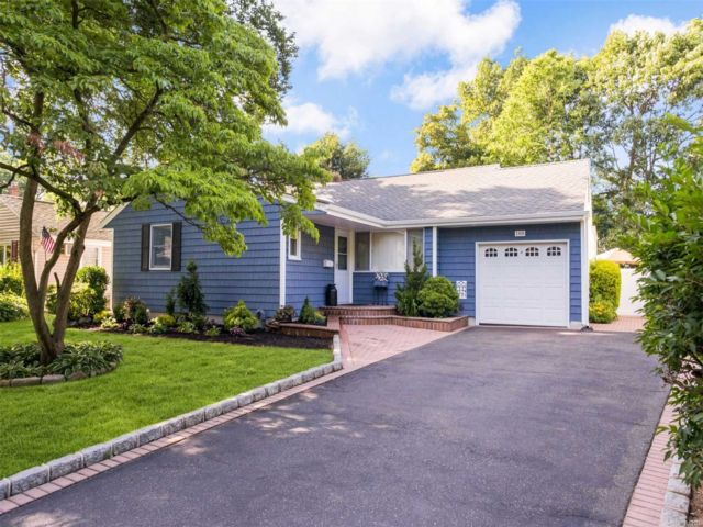 3 BR,  2.00 BTH  Exp ranch style home in Malverne