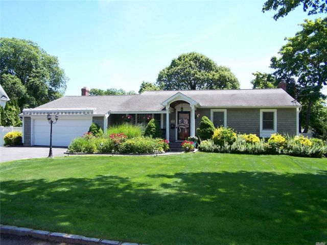 3 BR,  3.50 BTH Exp ranch style home in Bayport